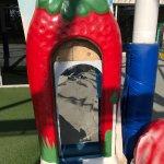 Детская площадка с поломанными игрушками, грязная.
