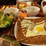 Crêpe au blé noir BIO, oeuf fromage champignon avec sa salade verte  Excellent !