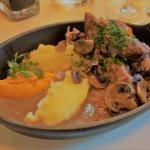 Bouef Bourgignon mit Pilzen, Kartoffelbrei und Karottenmus