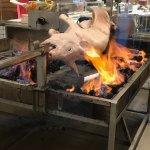 フィルピン名物、レチョン(豚の丸焼き)もあります。