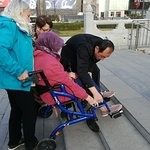 Good helper to the disabled guest in Xian