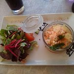 Terrine saumon fumé et crabe avec petite salade composée