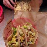 Tacos de maïs, 3 viandes: poulet-steak (dur)-barbacoa + laitue, sauce piquante, maïs