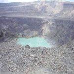 Vista de la laguna turquesa del cráter