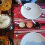 Die restlichen Soßen vom Papadam mit der Hauptspeise zusammen
