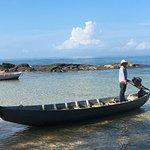 Idyllischer Strand, mit dem Boot zum Schnorchelschiff.