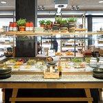 Grosses Salatbuffet mit feldfrischem Salat, Gemüse und Früchten, dazu hausgemachtes Holzofen-Bro