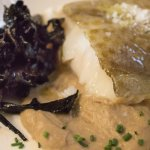 Bacalao con crema de hongos y trompeta negra