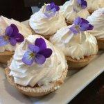 Lemon 🍋 meringue pies with eatable flowers 🌺