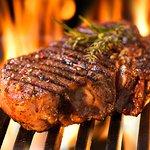 Steaks über dem Feuer gegrillt