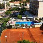 campo da tennis e piscina
