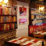 Intérieur du restaurant avec collection de paquet de chicorée et de boîtes de café.