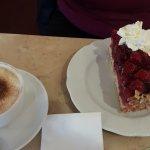 cappuccino und himbeerkuchen