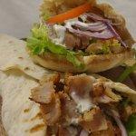 Il nostro kebab con pane arabo oppure piadina tutto preparato al momento.