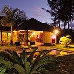 Villa FARA - Vue sur la villa et la piscine