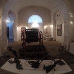 Muestra de objetos y arte en planta baja