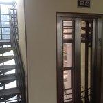"""El famoso ascensor """"lento"""": entra luz natural y es un edificio de pocos pisos"""