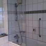 Badewann mit Duschabtrennung