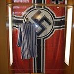 Bandera nazi y pijama de rayas del campo de concentración.