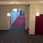 Trister Hotelflur-/treppenhaus mit wenig schöner Holzverkleidung