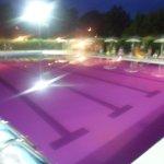 Piscina con acqua colorata in occasione della notte rosa nella riviera romagnola
