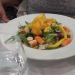 Ensalada de mango con palitos de mar