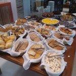 Desayuno, falta en la foto la parte con las frutas, fiambres, huevos revueltos y más calentitos