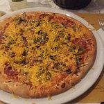 Pizza con Jalapenos, salamino, funghi e cheddar a coprire