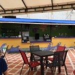 Comedor y zona de bar en la piscina. No sirven cerveza en el bar, poca variedad en la bebida.