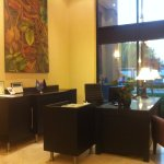 Plusieurs bureaux de ce type peuvent accueillir les clients.