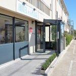 ENTREE DE L'HOTEL AVEC RAMPE D'ACCES PMR.