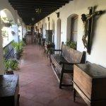 des espaces de circulation très riches en meubles et objets anciens