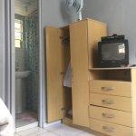 O hotel é muito simples. Quarto limpo. O chuveiro elétrico não esquentou a água para um banho me