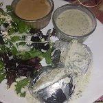 Accompagnement : pommes de terre au four et salade.