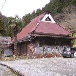 トタンに覆われていなかったら、見事なかやぶき屋根(多分)。