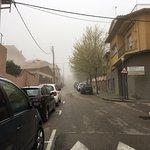 Exterior para aparcar, esta mañana con niebla.