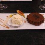 Tarte chaude au chocolats et zestes d'oranges confits, boule de glace vanille bourbon.