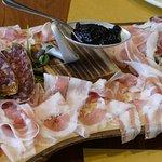Tagliere della Baita con formaggi e affettati tipici.