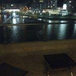 Vistas hermosas a la noche al río.