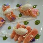 Tataki de salmón, rúcula, mostaza y yogurt