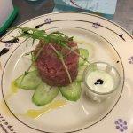 tartar di tonno e cetriolo con salsa greca
