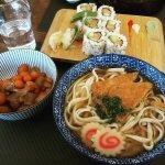 California maki saumon, nouilles japonaise et boullon de légumes et bol de légumes marinés
