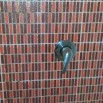 come si vede dalla foto la doccia no c'è....siamo in un albergo di 4 stelle