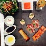 Assortiments : nems, sashimis, temaki, moriawasé de la mer et maki au fois gras et gambas