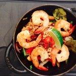 Wok de légumes croquants, nouilles de riz, champignons noirs, tataki de crevettes