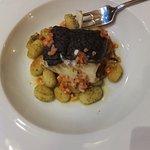 Dos de cabillaud en croute et gnocchi au pesto et parmesan