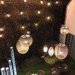 Vue sur le patio illuminé (de nuit)