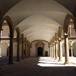 Entrada y arcos del Hospital de Tavera.