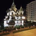Justo enfrente del Hotel la ex casa de veraneo de la familia Ortiz Basualdo (actual Museo Castag