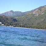 vista del frente del hotel desde un kayak en el Lago Nahuel Huapi